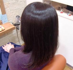 この写真のようなサプリカラーをしていた97%の美容室は進化したシステム:マレーア・レナータカラーへ転換しています。なおこの施術に用いたミコノスは既に廃盤になりました。